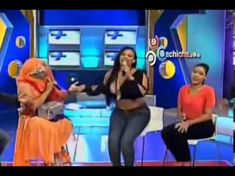 Por Poquito Se Le Sale una Teta a Venya Carolina en Pleno Programa De TV En Mas Roberto