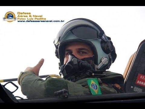 Aviador naval brasileiro voa o Gripen D em Linköping