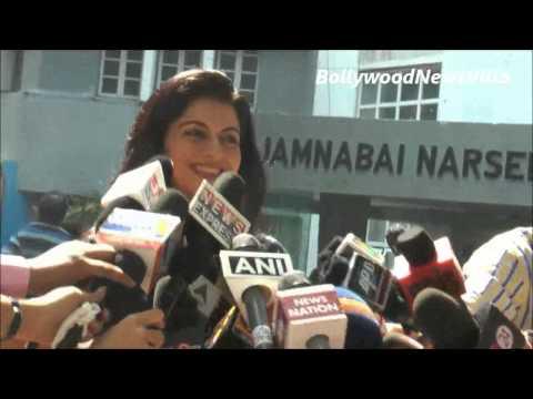 Bhagyashree casts her vote for Maharashtra Assembly Elections 2014.