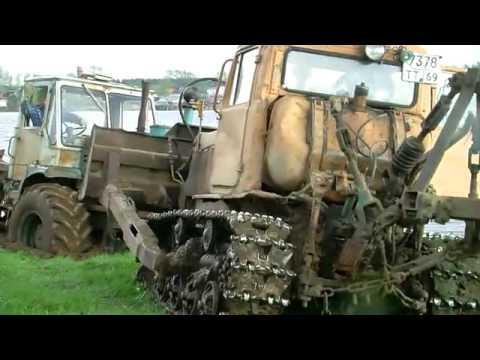 Два трактора вытаскивают джип