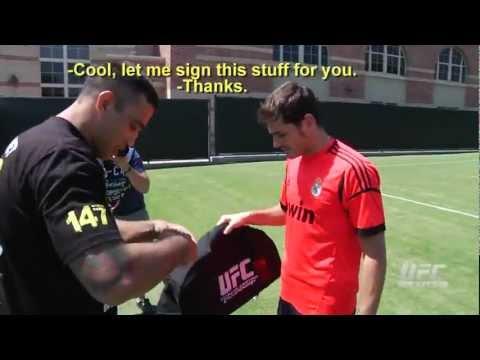 Fabricio Werdum intercambia guantes con Iker Casillas