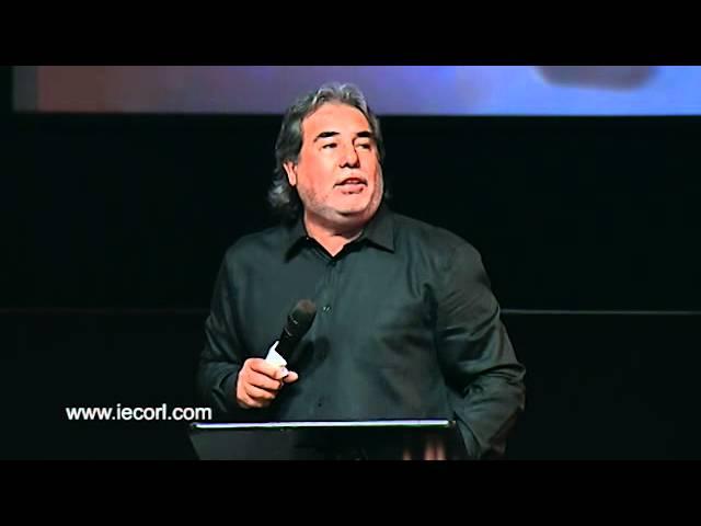 Pastor Omar Herrera en la iglesia El Calvario.