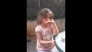 ילדה קטנה מאוהבת בכמה ילדים מצחיק