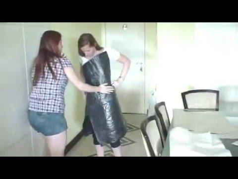 Confecção do vestido de saco de lixo (tecido de plástico)