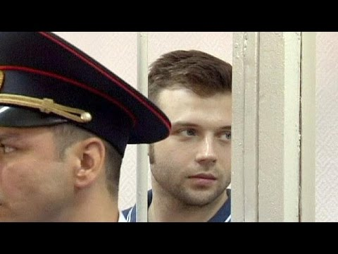 Russia: police arrest protesters as court jails anti-Putin activists