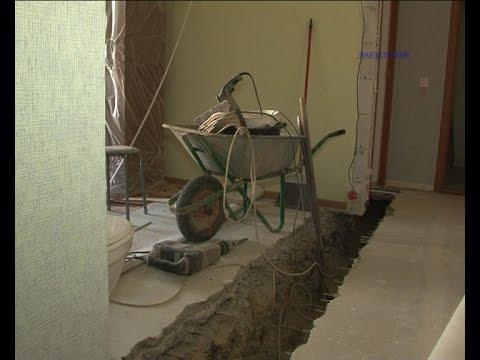 Унитаз в гостиной, посреди комнаты - траншея... Рушится новый дом в Озерках.