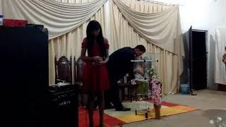 Menina cantando em igreja