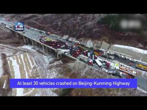 Espectacular choque de 56 autos en una autopista de China causó 17 muertos