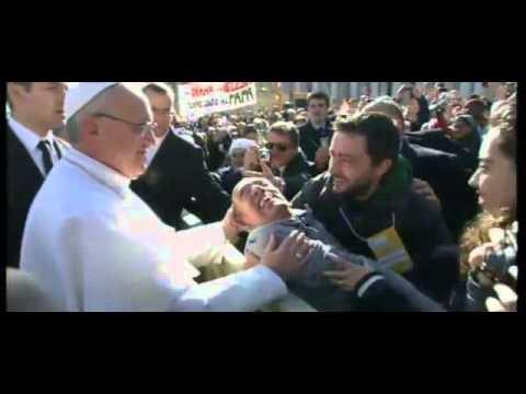 Papa Francesco scende jeep saluta disabile – caídas saluda jeep desactivado