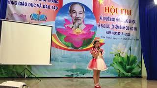 Bé Khánh Linh kể chuyện về Bác Hồ. Chú ngã có đau không