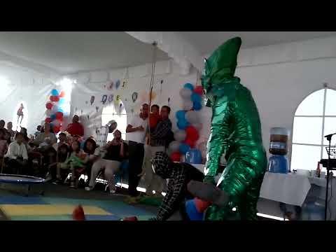 espectáculo acrobático hombre araña y duende verde