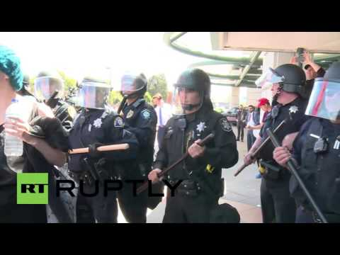 USA: Anti-Trump protesters clash with police outside GOP convention in Burlingame