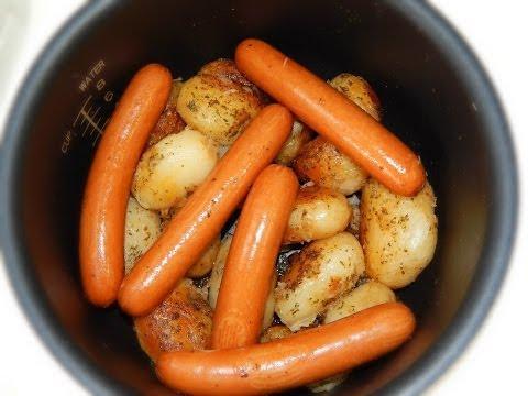 Молодой картофель запеченный с сосисками в мультиварке (два блюда одновременно)