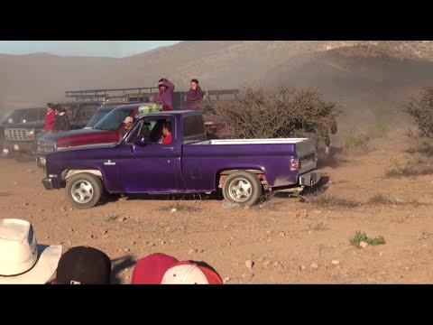 Carrera de caballo contra  camioneta