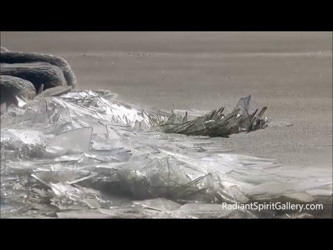 スペリオル湖の氷が割れる壮大で幻想的な自然現象