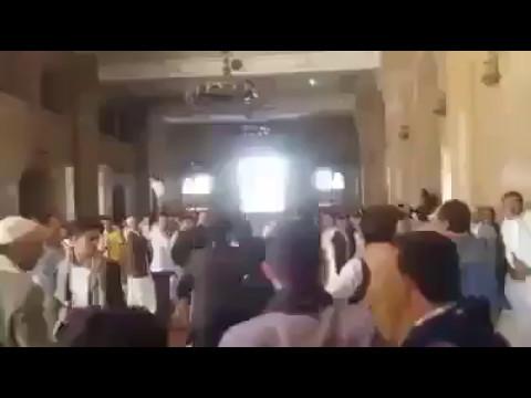 فيديو: حوثيون يتعرضون للضرب والطرد في جامع الصالح بسبب شعار «الصرخة»