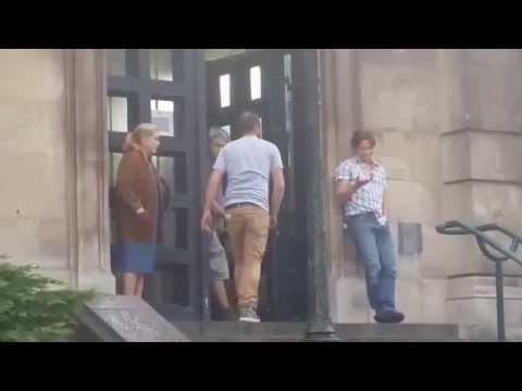 Catherine Deneuve en tournage sur les marches du palais de justice à Dunkerque.