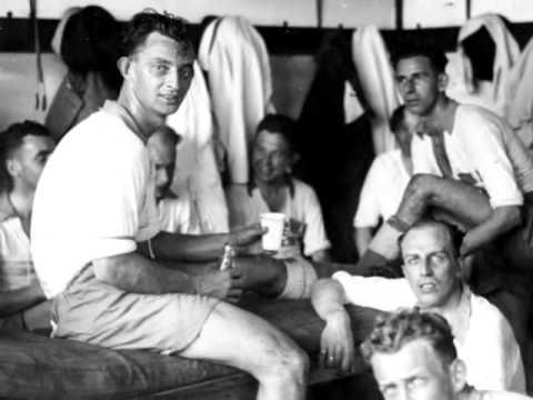 Beb Bakhuys, de legende met de grote oren. Beroemd om zijn duikdoelpunt a la Beb Bakhuys in 1934. Beste spits van Oranje met een moyenne van 1,2. Berucht om het overtreden van de voetbal amateurbep...