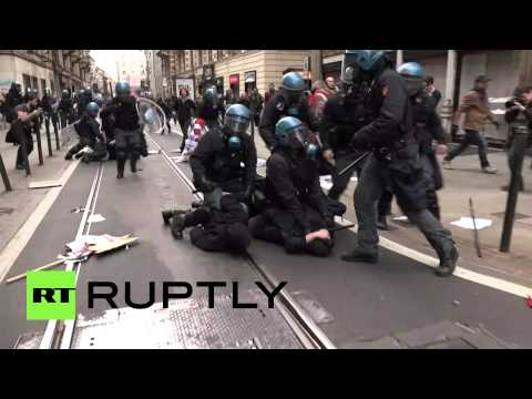Tear gas & batons: 8 arrested, 2 injured in Turin clashes