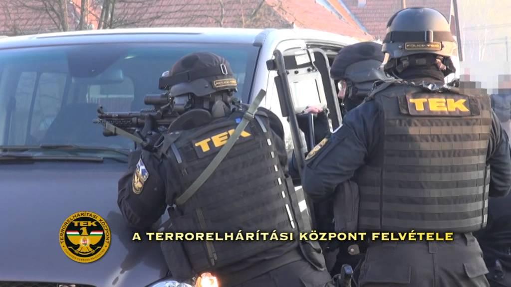Fegyverrel, csuklyában raboltak - videó
