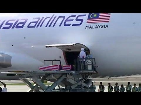 Maschine mit sterblichen Überresten malaysischer MH17-Opfer in Kuala Lumpur gelandet