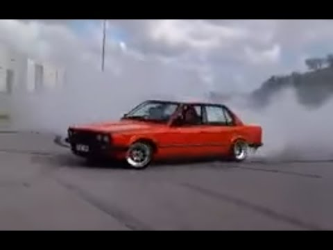 BMW E30 Street Burnout And Drift