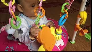 bé 6 tháng tuổi tập ngồi như thế nào - trẻ 6 tháng tuổi tập ngồi nhờ gối chữ c