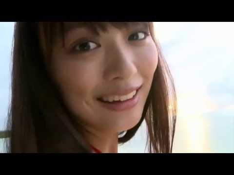 【内田理央グラビア動画】内田理央-赤いビキニでビーチでポーズ画像
