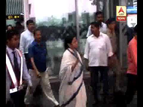 Mamata meets President Pranab Mukherjee at Kolkata Airport