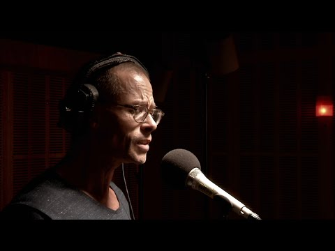 Guy Pearce sings live [HD] ABC RN Breakfast