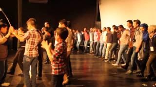 أحمد القسيم وأغنية عيني عليها - من مسرحية طلعنا على الضو - فريق ملهم - Durée: 3:32.