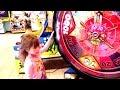 МАЛЕНЬКАЯ ДЕВОЧКА ВЫИГРАЛА СУПЕР ПРИЗ на АТТРАКЦИОНАХ ДЖЕК ПОТ в парке развлечений! Видео для детей!