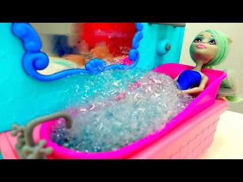 Видео #Куклы #МонстерХай в 🛀 СПА Салоне! Подарок на 💐 8 Марта для Рашель! Игры для девочек одевалки