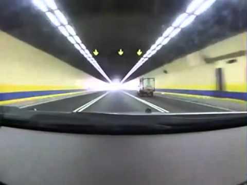 Автомобиль на большой скорости влетает в пробку