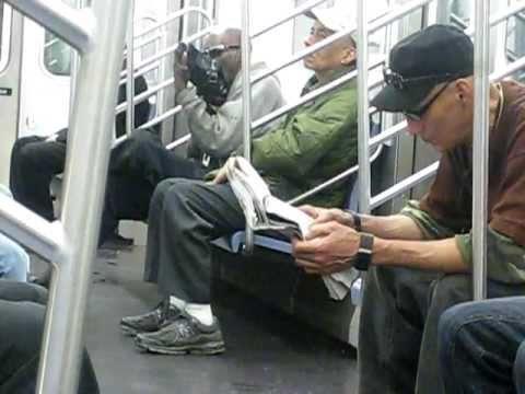 Thumbnail of video Un hombre en el metro de NYC abriendo EL APETITO antes de comer