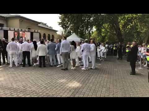 L.L. Junior kisfiának temetése amelyen Németh Sándor pásztor prédikál