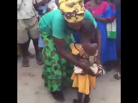 رقص طفلة أفريقية مضحك جداً 😂😂😂 thumbnail