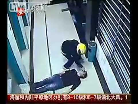 لص صيني يضرب ضحاياه ويسرقهم