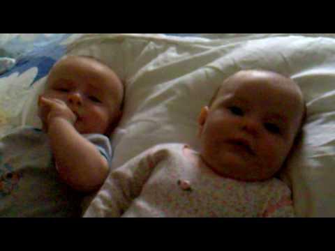Maia y Dan , escuchando al padre decir boludeces como un nabo