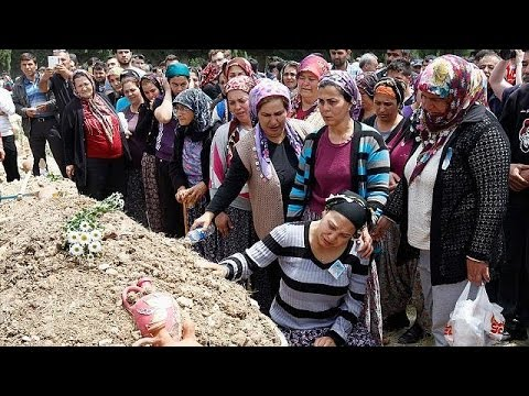 Mourners bury victims of Soma coal mine disaster - no comment