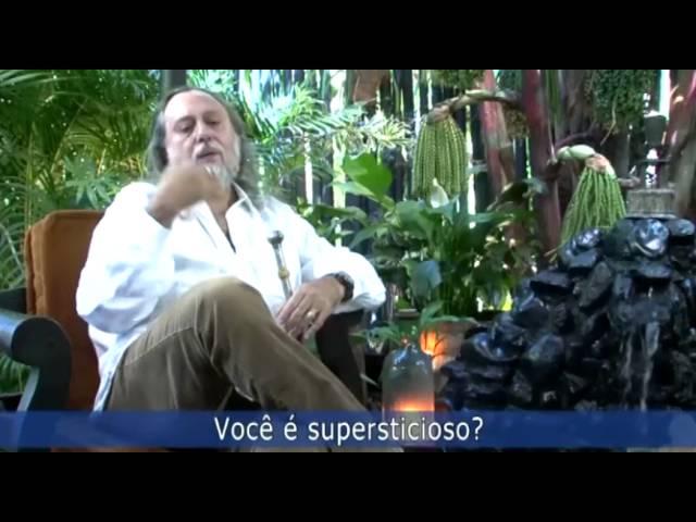 Caio, como diferenciar superstição e premonição?