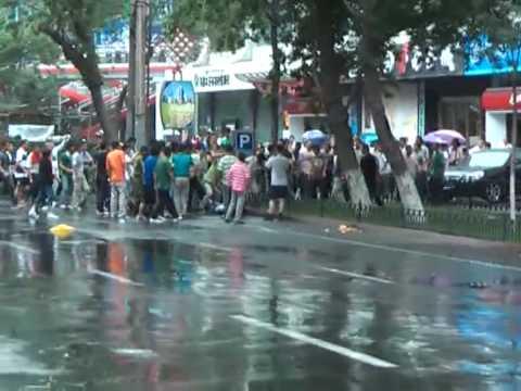 Han Chinese mobs attack Uighur man