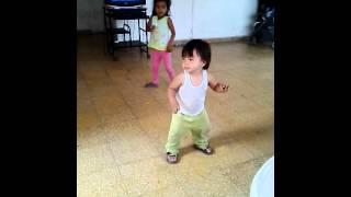 Niño bailando el toto