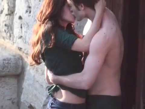 kristen stewart and robert pattinson new moon kiss. Robert Pattinson and kristen stewart won the prize of the best kiss for the