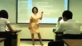 استاد خانوم و واکنش به جواب دادن موبایل سر کلاس توسط دانشجو