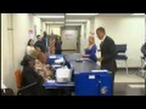 موظفة تطلب بطاقة أوباما للتأكد من بياناته-شاهد رد فعله!