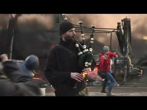 Ukraine violence: Bagpiper plays on despite clashes - BBC News