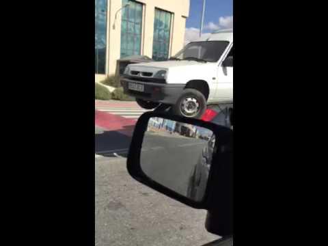 Mirá cómo un auto transporta una camioneta en el techo