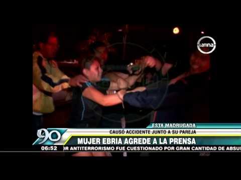 Mujer ebria agredió a equipo de prensa tras accidente vehicular