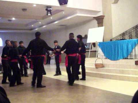 Jovenes Varones Danzando.